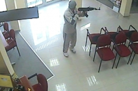 Nën kërcënimin e armës, gruas i grabitën 1 mijë euro