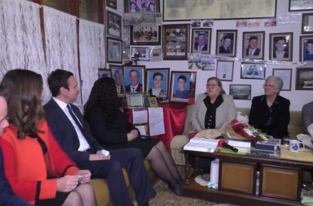 Vjosa Osmani dhe Albin Kurti vizitojnë Ferdonije Qerkezin