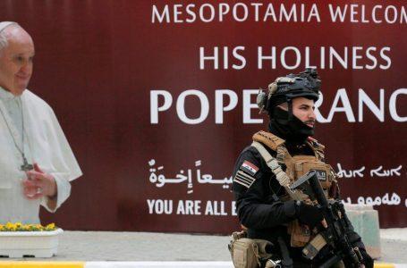 Papa Françesku bën vizitën historike në Irak, pavarësisht rreziqeve