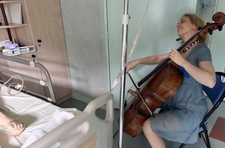 Violonçelistja në Paris luan për pacientët, pasi 'muzika qetëson dhimbjen'