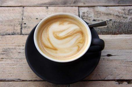 Një kafe e fortë 30 minuta para stërvitjes mund t'ju ndihmojë të hiqni dhjamin