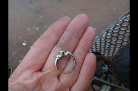 Gjendet pas 55 vjetësh unaza e martesës, e humbur në oborrin e prindërve