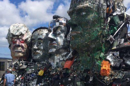 Liderëve më të fuqishëm të botës u bëhen skulptura nga mbeturinat elektronike