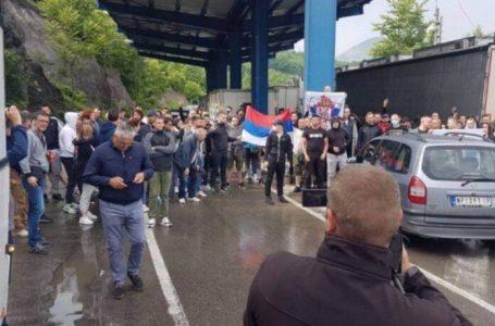 Dy autobusë me pelegrinë dhe alpinistë serbë nuk lejohen të hyjnë në Kosovë