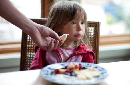 Si të sillemi me fëmijët tekanjozë në të ngrënë?