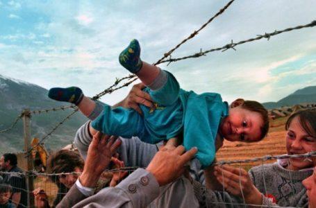 Fotografia e refugjatit të vogël nga Kosova që i dhuroi çmimin 'Pulitzer' fotografes amerikane