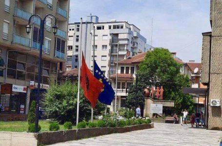 Komuna e Gjakovës, flamujt në gjysmë shtizë në nder të viktimave