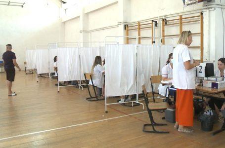 Edhe mërgimtarët po vaksinohen në qendrën e vaksinimit në Gjakovë