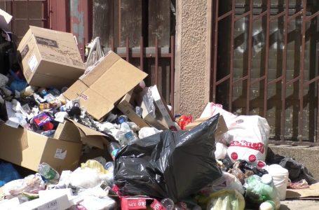 Kontinierët e mbeturinave brenda qytetit të Gjakovës, të stërmbushur