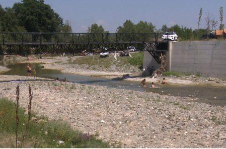 Temperaturat e larta qytetarët po i kalojnë përskaj brigjeve të lumenjve