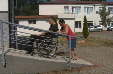 Personat me nevoja të veçanta kanë vështirësi të qasjes në institucione publike