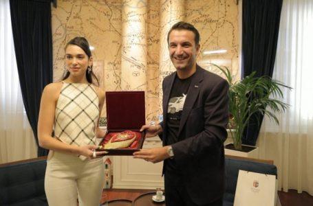 Dua Lipa viziton Tiranën, Veliaj i dhuron Kapelen e Gruas Tironse