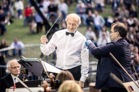 Dirigjenti i famshëm vaksinohet derisa ishte duke e drejtuar Orkestrën e Budapestit