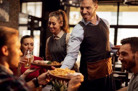 Klienti i kënaqur i lë bakshish personelit të restorantit 10 mijë dollarë