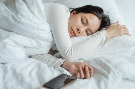 Prania e telefonit kur jeni në gjumë është e dëmshme