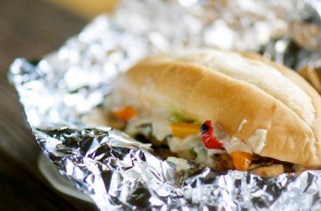Pse nuk duhet t'i mbështillni kurrë në letër alumini ushqimet e mbetura?