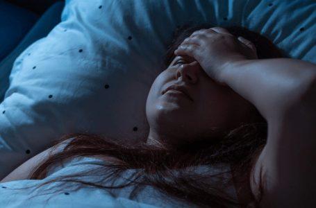 Frika nga gjumi: Shkaku, simptomat dhe si ta trajtojmë këtë problem të pakëndshëm?