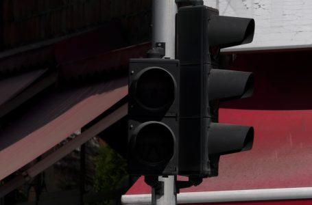"""Semaforët në afërsi të SHMU """"Yll Morina"""" ka kohë që nuk punojnë"""