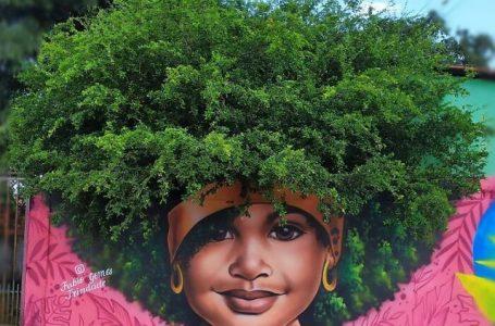 """Artisti krijon portrete duke përdorur degët dhe shkurret si """"flokë"""""""