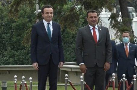 Kurti pritet nga Zaev me ceremoni të lartë shtetërore