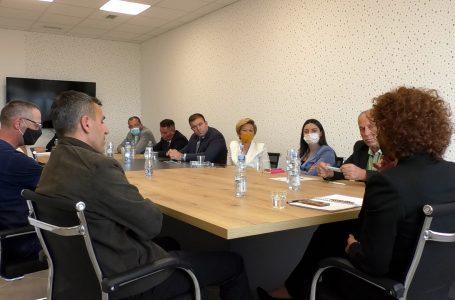"""Komisioni për ekonomi viziton ndërmarrjen """"Ngrohtorja e Qytetit"""" dhe KRU """"Gjakova"""""""