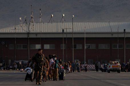 Talebanët lejojnë të huajt të largohen