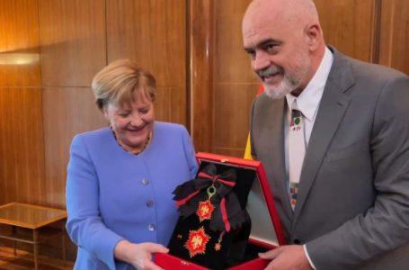 Rama nderon Merkelin me medalje të veçantë