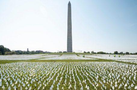 Me 660,000 flamuj të bardhë nderohen ata që humbën jetën nga COVID-19 në SHBA