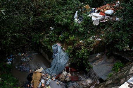Banorët e shqetësuar për mbeturinat tek ura në lagjen e Çabratit