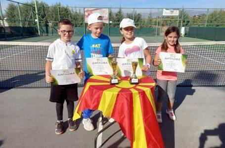 """Tenistët nga Gjakova kthehen me vende të para nga turneu """"Detski Tenis 2021"""" në Maqedoni"""