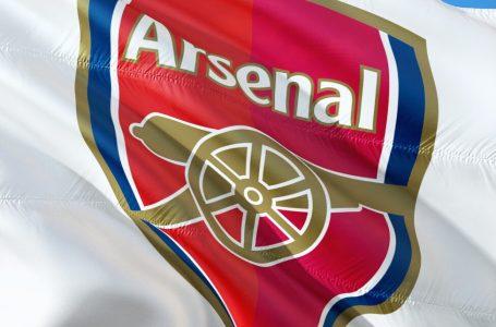 Arsenali pritet t'i largojë 3 sulmues më 2022