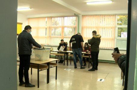 """Votuesit e parë u drejtohen kutive të votimit në shkollën """"Ukshin Miftari"""""""