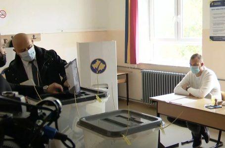Voton kandidati për kryetar të Gjakovës nga AAK, Ardian Gjini